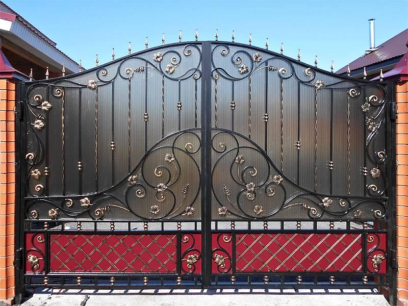 Распашные ворота с поликарбонатом
