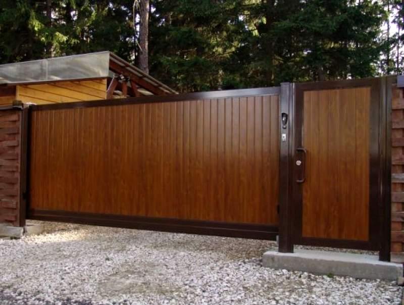 Откатные ворота с полотном из сэндвич-панелей